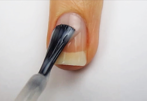 How-To-Do-A-Dripping-Paint-Nail-Art-1