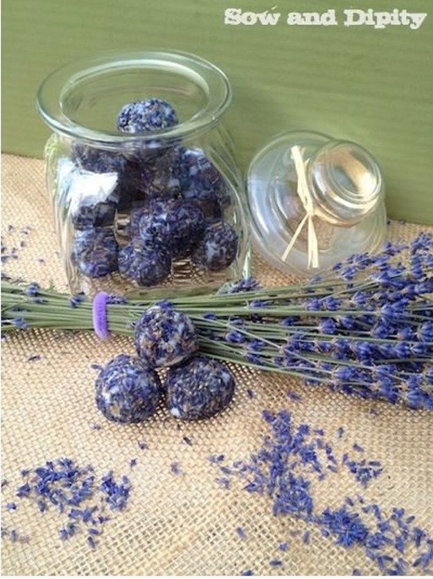 Pretty Homemade Bath Bombs Make Awesome DIY Gift Ideas for Women and Teenage Girls | Lavender and Coconut Oil Bath Fizzies | DIY Projects and Crafts by DIY JOY