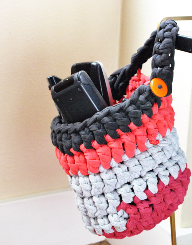 Cool DIY Ideas for Fun and Easy Crafts - Homemade Tshirt Yarn Basket is a Cool DIY Gift and Craft to Make and Sell- Awesome Pinterest DIYs that Are Not Impossible To Make - Creative Do It Yourself Craft Projects for Adults, Teens and Tweens. http://diyprojectsforteens.com/fun-crafts-pinterest