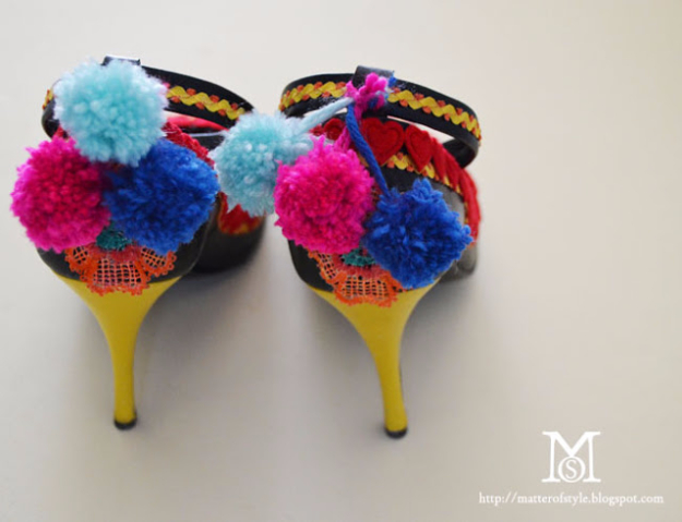 DIY Crafts with Pom Poms - Pom Pom Shoe Ties - Fun Yarn Pom Pom Crafts Ideas. Garlands, Rug and Hat Tutorials, Easy Pom Pom Projects for Your Room Decor and Gifts http://diyprojectsforteens.com/diy-crafts-pom-poms