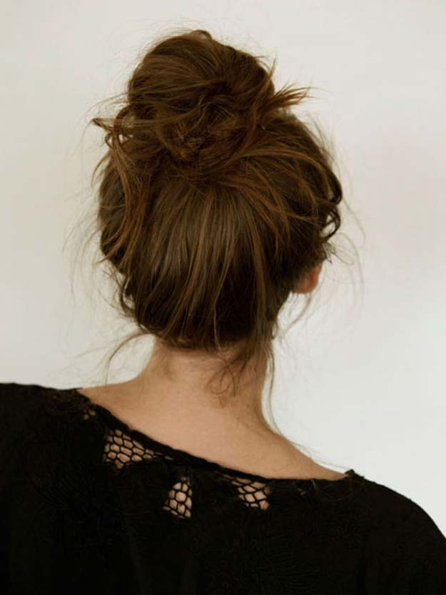 Cool and Easy DIY Hairstyles - Messy Bun - How To - Quick and Easy Ideas for Back to School Styles for Medium, Short and Long Hair - Fun Tips and Best Step by Step Tutorials for Teens, Prom, Weddings, Special Occasions and Work. Up dos, Braids, Top Knots and Buns, Super Summer Looks #hairstyles #hair #teens #easyhairstyles #diy #beauty