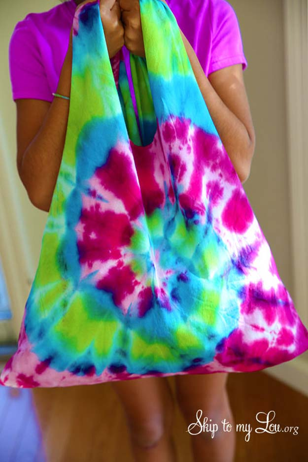 DIY Tie Dye Projects and Crafts - Tie Dye T-Shirt Bag - Cool Tie Dye Ideas for Shirts, Socks, Paint, Sheets, Sharpie, Food and Recipes, Bags, Tshirt and Shoes - Fun Projects and Gifts for Adults, Teens and Teenagers http://diyprojectsforteens.com/diy-tie-dye-ideas