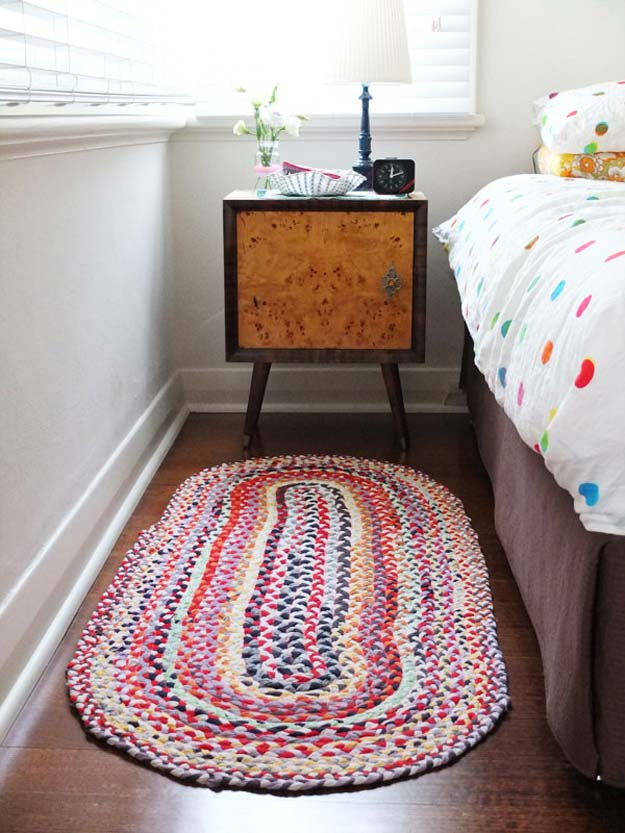DIY Dorm Room Decor Ideas - Braided T-shirt Rug - Cheap DIY Dorm Decor Projects for College Rooms - Cool Crafts, Wall Art, Easy Organization for Girls - Fun DYI Tutorials for Teens and College Students http://diyprojectsforteens.com/diy-dorm-room-decor