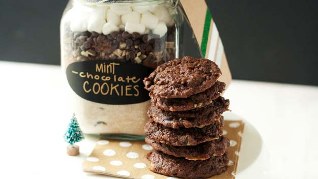 Best Mason Jar Cookies - Mint-Chocolate Cookies - Mason Jar Cookie Recipe Mix for Cute Decorated DIY Gifts - Easy Chocolate Chip Recipes, Christmas Presents and Wedding Favors in Mason Jars - Fun Ideas for DIY Parties, Easy Recipes for Teens, Teenagers, Kids and Teens - Cheap Last Mintue Gift Ideas for Friends, Family and Neighbors
