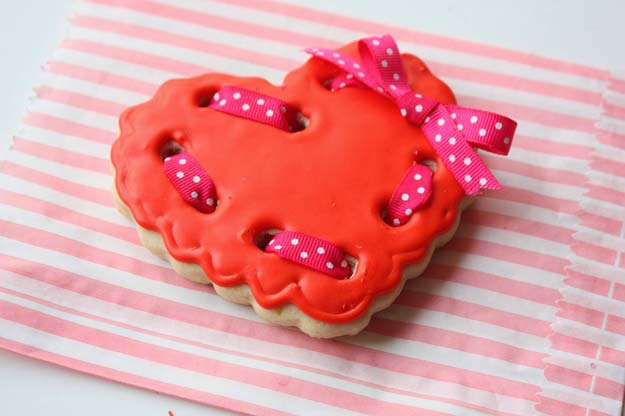 Best Valentines Cookies - Ribboned Heart Cookies - Easy Cookie Recipes and Recipe Ideas for Valentines Day - Cute DIY Decorated Cookies for Kids, Homemade Box Cookies and Bouquet Ideas - Sugar Cookie Icing Tutorials With Step by Step Instructions - Quick, Cheap Valentine Gift Ideas for Him and Her http://diyprojectsforteens.com/valentine-cookie-recipes