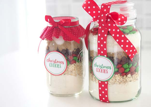 Best Mason Jar Cookies - Christmas Cookie Mix in a Jar - Mason Jar Cookie Recipe Mix for Cute Decorated DIY Gifts - Easy Chocolate Chip Recipes, Christmas Presents and Wedding Favors in Mason Jars - Fun Ideas for DIY Parties, Easy Recipes for Teens, Teenagers, Kids and Teens - Cheap Last Mintue Gift Ideas for Friends, Family and Neighbors http://diyprojectsforteens.com/mason-jar-cookie-recipes