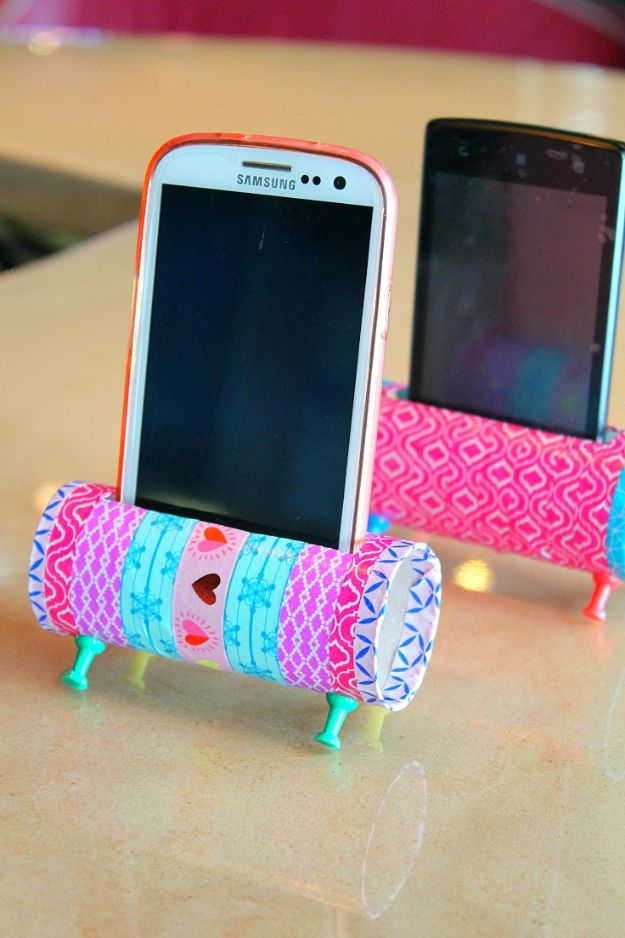 Cheap Crafts for Teens - Easy DIY Phone Holder - Inexpensive DIY Projects for Teenagers and Tweens - Cute Room Decor, School Supplies, Accessories and Clothing You Can Make On A Budget - Fun Dollar Store Crafts - Cool DIY Gift Ideas for Christmas, Birthdays, BFF gifts and more - Step by Step Tutorials and Instructions http://diyprojectsforteens.com/cheap-craft-ideas-for-teens/