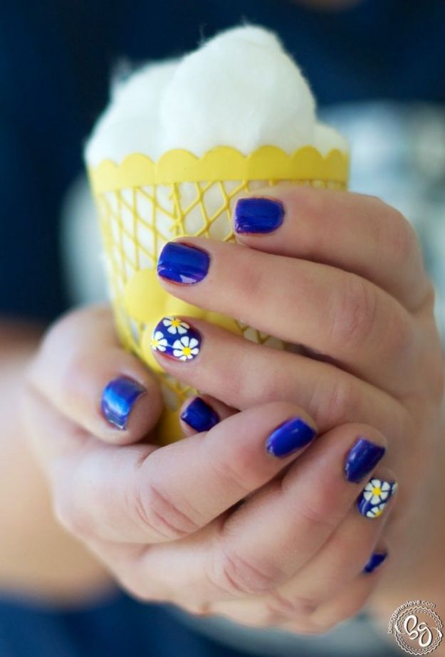 DIY Nail Art Ideas - White Daisies Nail Art - Easy Step by Step Design Idea for Nails - How to Make Manicures at Home Simple - Paint and Polish Tips #nailart #naildesigns #nailart #diynails #diybeauty #naildesigns #teencrafts